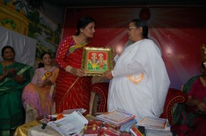 B.K.Avdhesh giving gift to Smt. Manju Gupta, National Vice President, Agrawal mahasabha